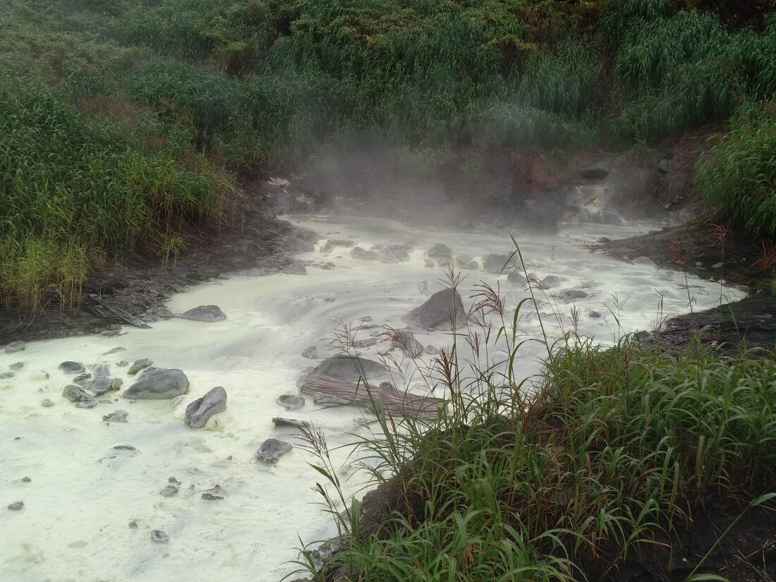 кипящая серная речка на Курилах