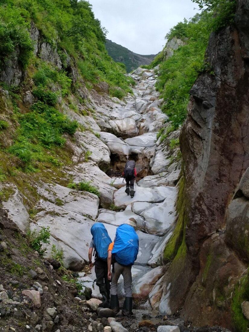базальтовые скалы ручья у вулкана Баранского